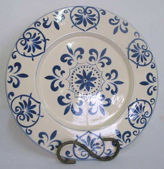 O sousplat, nome de origem francesa, significa suporte de prato. É um utensílio doméstico usado à mesa nas refeições, que contribui para a valorização da louça e com a decoração do ambiente.