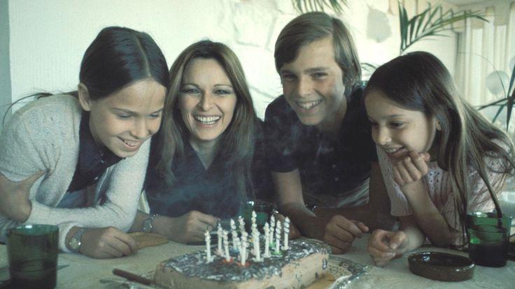 Miguel Bosé con su madre Lucía y sus hermanas Lucía y Paola Dominguin.