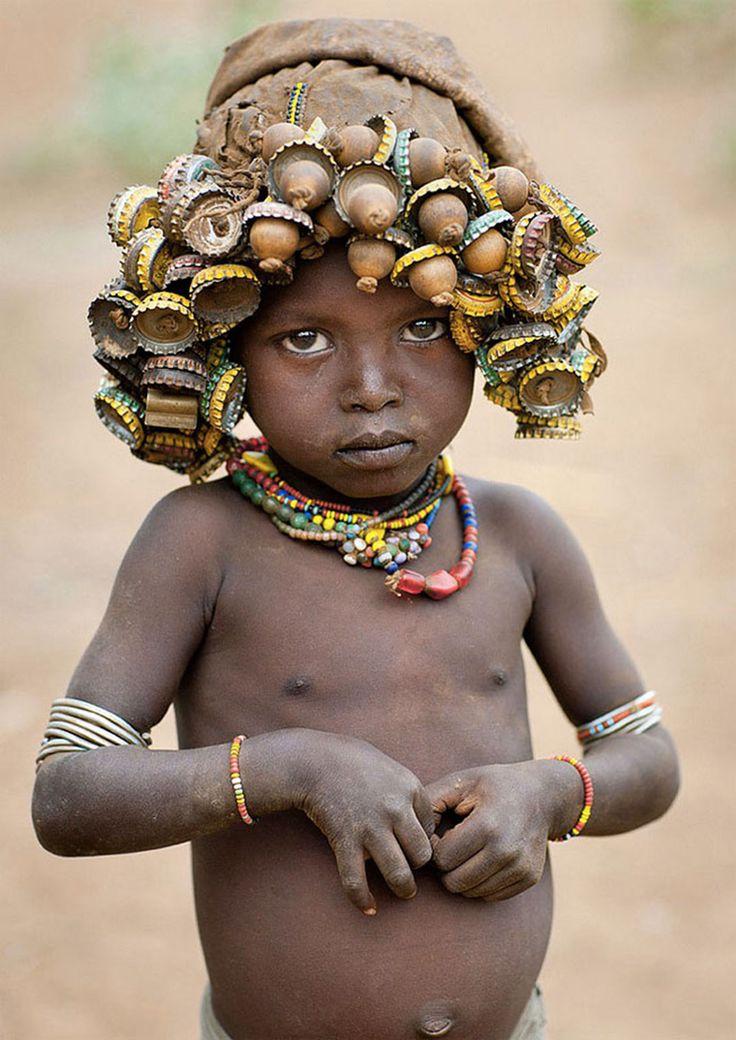 Les « Daasanach » d'Ethiopie font preuve de responsabilité et de modernité en recyclant nos vieux objets.