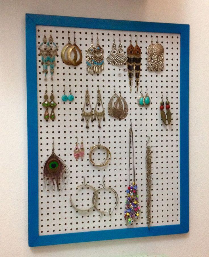 porta bijuteria com placa de eucatex perfurada e moldura antiga