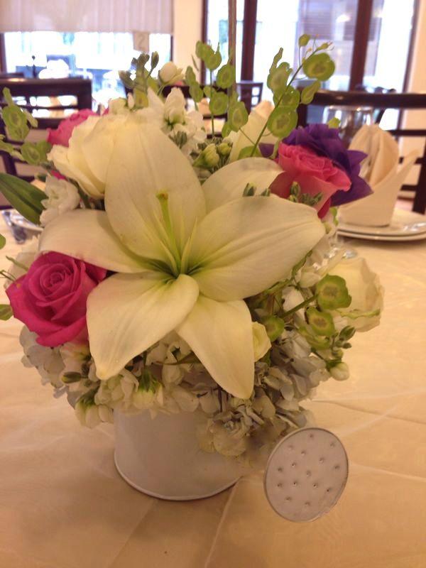 Centro de mesa despedida de soltera #regadera #watercan #flores #flowers