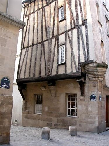 A l'angle de la rue des Barres et de la rue du Grenier-sur-l'Eau, une des rares maisons à colombages de Paris - Paris 4e