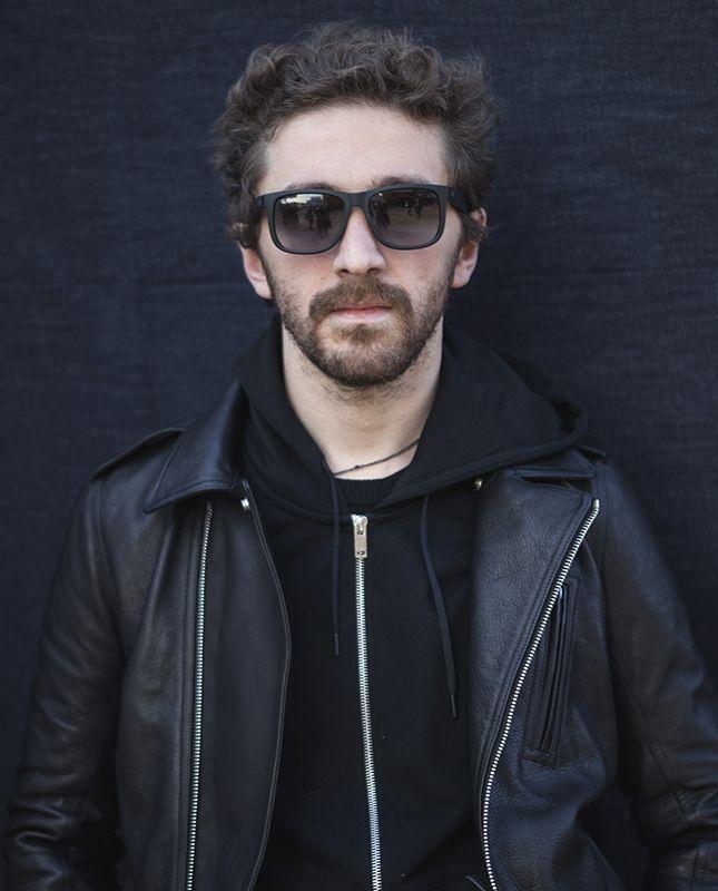 Грузинский дизайнер Давид Кома сидит на двух стульях и все успевает | Мода | Новости | VOGUE