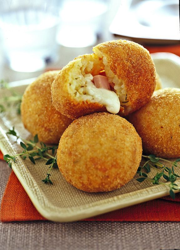 Arancini di riso al prosciutto e mozzarella (Rice balls with ham and mozzarella). These are delicious!!!
