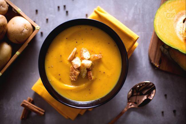 La crema di zucca è un delicato comfort food, una zuppa preparata con polpa di zucca gialla, aromatizzata alla cannella e servita con crostini dorati.