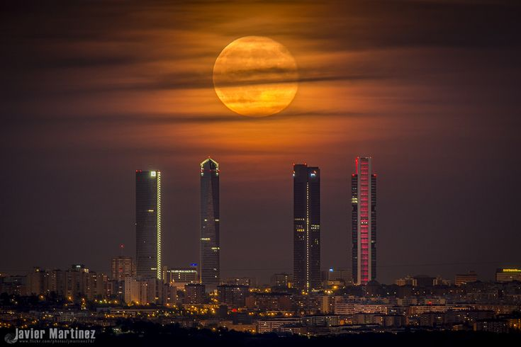 La Luna y las Cuatro Torres (Madrid, España)