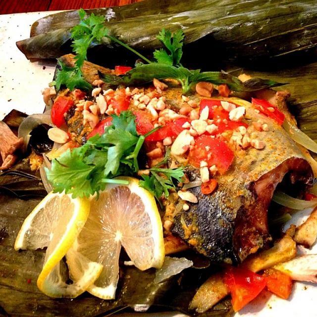 今日はレッスンでインドネシアのお料理を。ペペスは包む、イカンは魚の意味で、青魚や白身魚、川魚をバナナリーフに包み、焼いたり蒸したりします。   スパイスやハーブ、カレー、なども入れます。  今日は鯖や玉ねぎ、など…  ココナッツ風味も効かせて南国の味でした✨ - 100件のもぐもぐ - ペペス・イカン by ucoparche