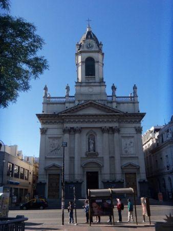 """En el año 1800, la """"Basílica de Flores"""", barrio de Flores de la ciudad de Buenos Aires, era apenas una capilla de ladrillo, barro, y paja que modificó su forma treinta años después."""