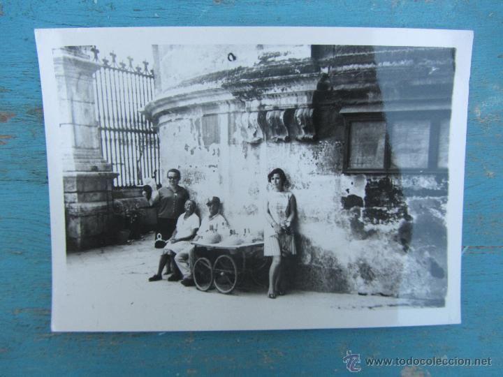 ANTIGUA FOTOGRAFIA DE AGUADOR - EN SEVILLA - AÑO 1969 - EN BUEN ESTADO - 10,5 X 7,5 - SE VE REFLEJO - Foto 1