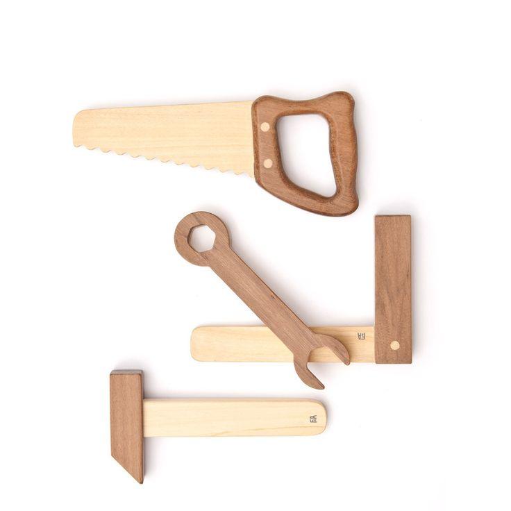 Dieses wunderschöne Werkzeugset von einem jungen argentinischen Label wird den Handwerker in ihrem Kind wecken. Das Set enthält Hammer, Schraubenschlüssel, Handsäge und Winkel in einem Leinenbeutel zur Aufbewahrung....