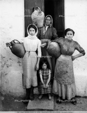 Titolo: Donne e fanciulle a Carloforte, nell'Isola di San Pietro, Data dello scatto:1913, Referenze fotografiche: Archivi Alinari-archivio Alinari, Firenze