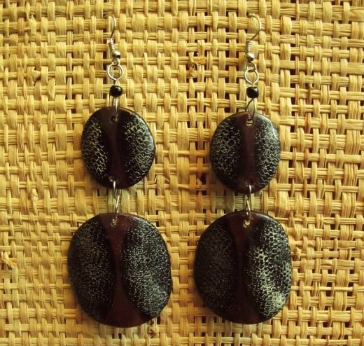 http://www.etnobazar.pl/shop/Moringa-art/products/kolczyki-z-rogu-czarno-biale-wezowe-7