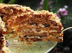 """Медовый торт с черносливом и грецкими орехами / на 5 коржей диаметром 24 см 100 г сливочного масла 1/2 ст.(100 г сахара) 2 больших яйца 1 ст.меда 1 ч.ложка соды 2,5 ст.(350 г) муки Крем: 1 вариант: 500 г жирной сметаны(в Израиле 27% """"шаменет шель паам"""") 375 г жирных сливок(32-38%) 1/2-3/4 ст сахара ** 300 г чернослива без косточек(мелкопорезать) **** 200 г грецких орехов(подсушить)"""