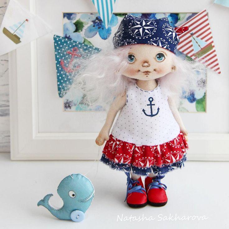 Девочка и кит. Рост 20см. Платье не снимается. Бандана двухсторонняя, можно менять цвет с синего на красный. __________4,5т.р. +300р.доставка___________ #куклысахаровойнатальи #томск#морскаятема #кит#