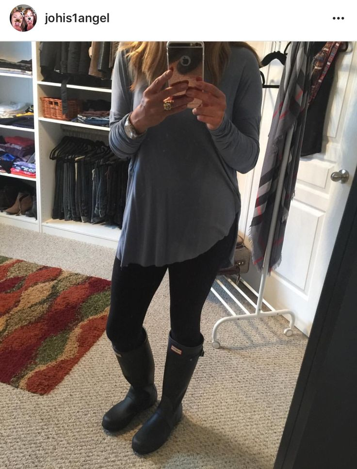 Top from blue notes, black leggings everybody sell them, Hunter boots got them from Browns in Canada 🇨🇦