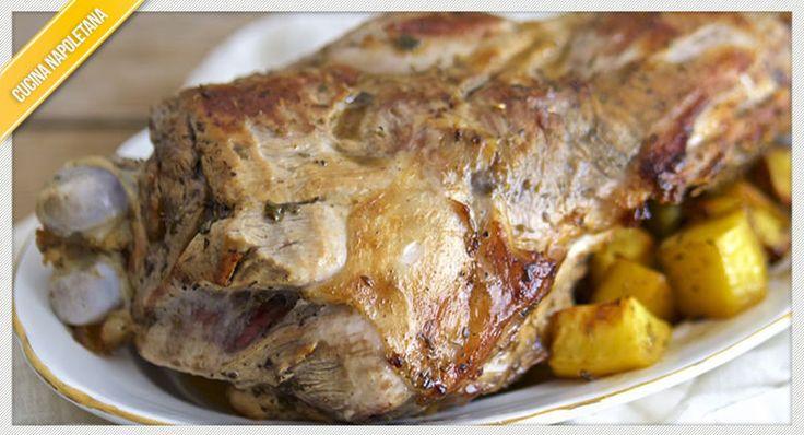Come preparare lo squisito agnello al forno con patate e pancetta seguendo la tradizionale ricetta, ideale per il periodo di Pasqua.