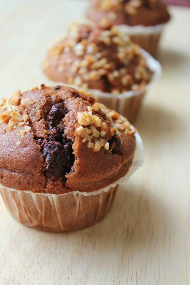 Biting Hanah: Kakaové muffiny ze špaldové mouky s hromadou čokolády a mandlemi*
