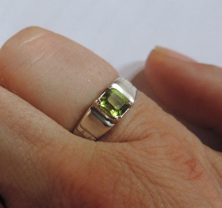 Bague Peridot (o,85 carats) et argent 925 de la boutique DLVjewells sur Etsy