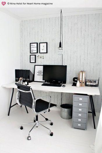 高さ70cmの架台「LERBERG」で作ったデスクの下に納めてサイドチェストとして。IKEAのアイテム同士でユニットを組み上げるようにしてホームオフィス空間を作れます。