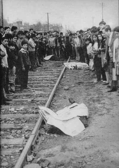3 cadáveres en una linea del tren en las cercanías del Cementerio Metropolitano, uno de ellos pertenece a Víctor Jara asesinado en 1973