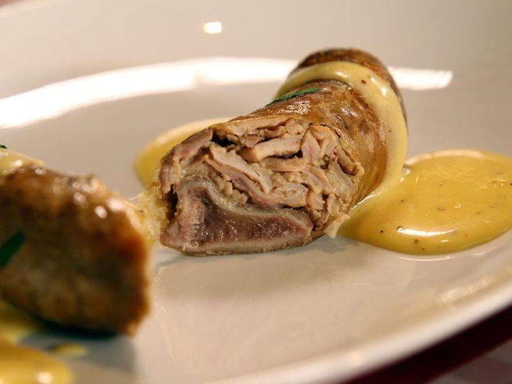Sophie Dudemaine nous propose une recette simple et savoureuse à base d'andouillette. Accompagnées d'une mousse à la moutarde, vous pouvez aussi les servir avec des galettes de pommes de terre, les fameux röstis suisses !