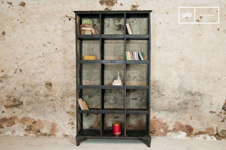 Une étagère typiquement dans le style des meubles design de métier du début du XXème siècle, avec une finition noire patinée aspect rouille
