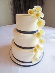 Navy and white calla lily cake | Sugar Sweet Weddings | Pinterest