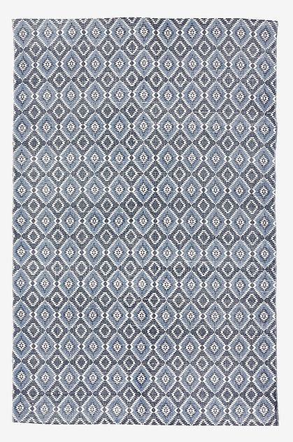 Teppe i vevd kvalitet med trykt blått kelimmønster. Mål 140x200 cm. Dette teppet er en del av Sweet Home Collection som Leila Lindholm har tatt fram unikt for Ellos.