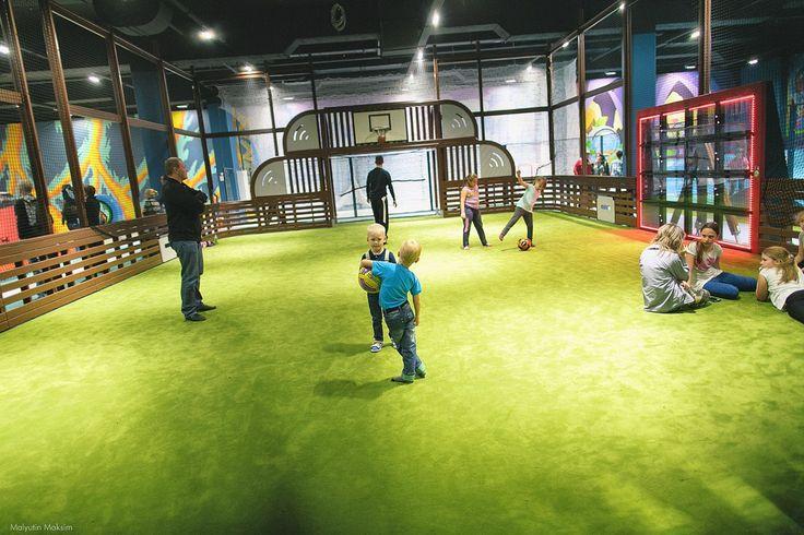 В ТРК «Питерлэнд» появился парк активного семейного отдыха «HLOP-TOP», площадью в 2700 кв. м. Отличительной чертой игрового пространства стало создание города для совместного пребывания детей и родителей.