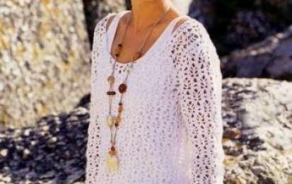Schemi uncinetto: una tunica bianca per l'estate - Un lavoro ad uncinetto facile da realizzare e comodo da indossare. Le maglie larghe fanno respirare la pelle e può essere indossato anche in estate, magari in spiaggia, sopra il costume.