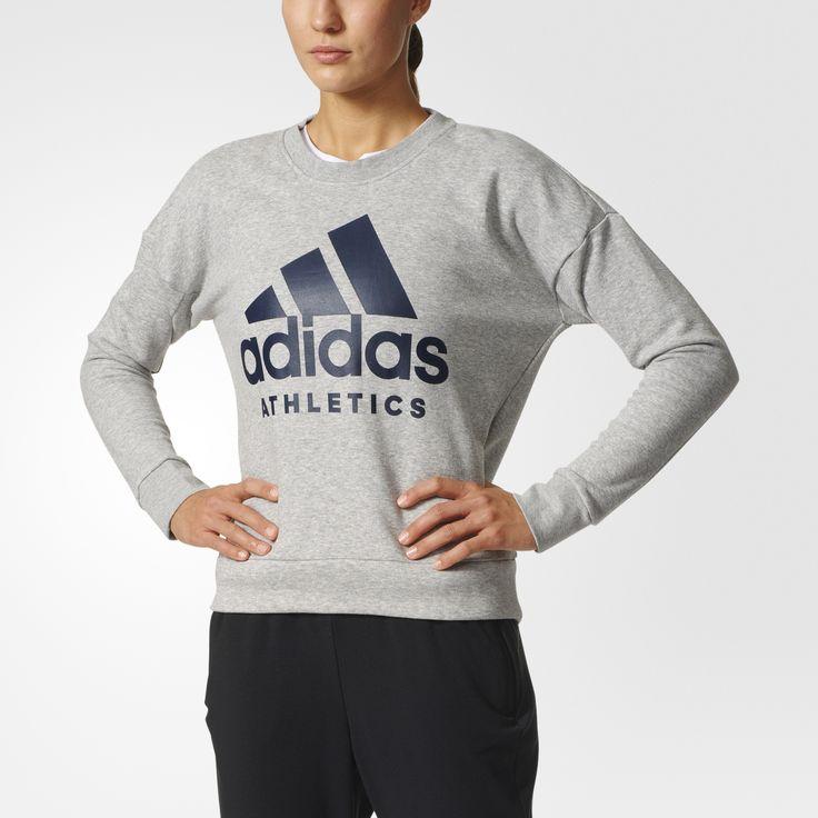 Hold dig smidig og varm med afslappet pasform i denne sweatshirt til kvinder, der er lavet af behagelig frotté. De løse skuldre giver dig fuld bevægelsesfrihed, og trøjen fuldendes af et stort adidas-logo.