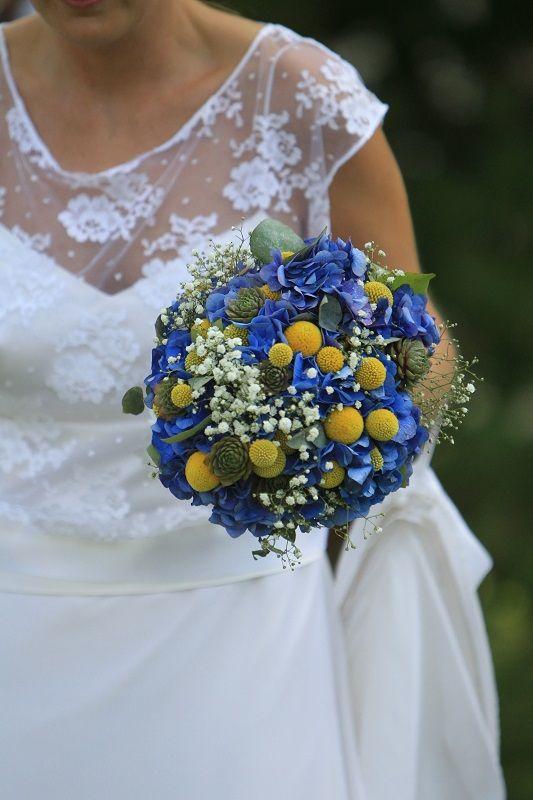 Le bouquet de la mariée: hortensias bleus, pompons jaunes.