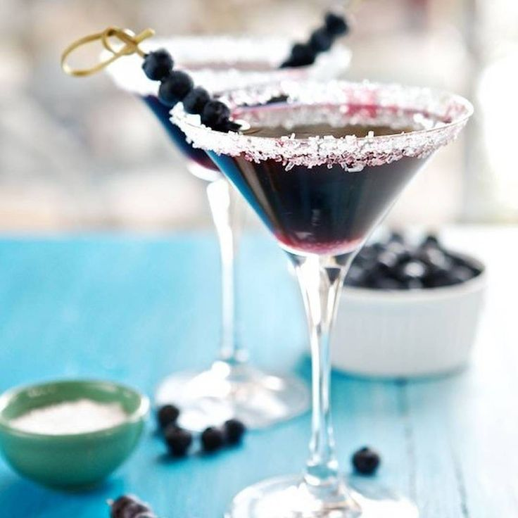 Черничный мартини  Ингредиенты:  водка — 1 л  черника — 2 стакана  малиновый ликер — 1 стакан 1 лайм, сок выжать 1 стружка из цедры лайма для украшения  Приготовление:  Для приготовления черничной водки вылейте примерно 1/3 бутылки водки в кувшин; отложите. Сделайте небольшой надрез на каждой ягоде черники и положите в бутылку с водкой. Наполните бутылку водкой чуть ниже горлышка. Добавьте столько малинового ликера, сколько нужно, чтобы заполнить бутылку до конца. Дайте настояться в темноте…