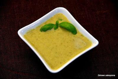 Ekspresowa tajska zupa-krem z brokułów.   Składniki (na 2 porcje): 1 brokuł 1 litr wody 1 cebula 2 łyżki oliwy 0,5 łyżeczki kurkumy 1 łyżka sosu sojowego Tamari 2 łyżeczki pasty curry (żółtej) 3 łyżki maki kokosowej 1/2 szklanki śmietanki kokosowej (zrobiłam z 2 łyżek pasty z kokosa, dolewając do niej trochę wody)