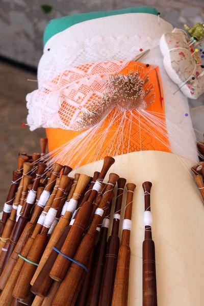 Nog tot ver in de twintigste eeuw behoorde het kantklossen tot het dagelijkse werk van veel vrouwen op het Spaanse platteland. De kunst van het fijne weven werd doorgegeven van moeder op dochter, die tegelijkertijd erfgename was van alle tot de familie behorende patronen en ontwerpen.