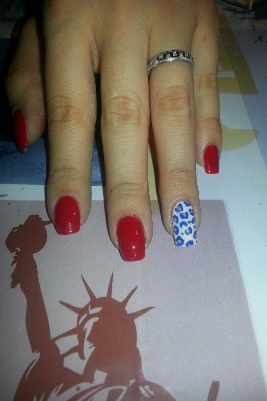 Unghie rosse e leopardato blu