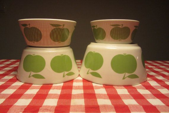 DITMAR URBACH - White/Beije pottery Bowl with a decoration of mint apples - Made…