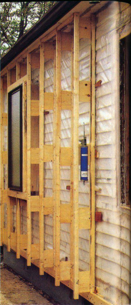 Эта фотография появилась в Джона Хьюза 1984 статьи.  Полиэтилен сшиты на внешней стороне вагонкой сайдинг, прежде чем фермы Larsen были прикреплены.