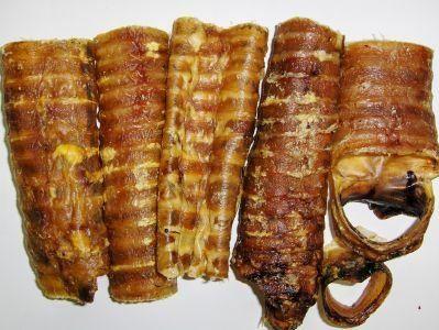 Aus der Kategorie Dörrfleisch  gibt es, zum Preis von EUR 6,99  Pferde Luftröhren sind ein idealer, knackiger und natürlich luftgetrockneter Snack für Ihren Hund. Das hochwertige Pferdefleisch eignet sich hervorragend für Allergiker, welche zum Beispiel kein Rind-, Schweine- oder Lammfleisch vertragen.
