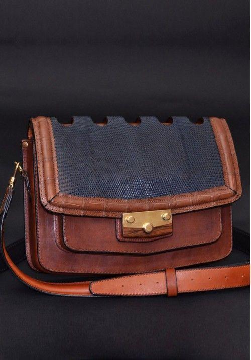 Оригинальная сумка из кожи крокодила, телячьяй кожи и ящерицы, и пряжка из массива дерева.  Купить кожанную сумку «Practic» - приобресьти не просто аксессуар, приобрати неповторисый стиль и образ!  Широкий плечевой ремень 35 мм. Размер: 290Х220Х90мм. КУПИТЬ В http://dotupbutik.ru  #Bags #Leather bags #Designer bags #сумки #кожаныесумки #дизайнерскиесумки