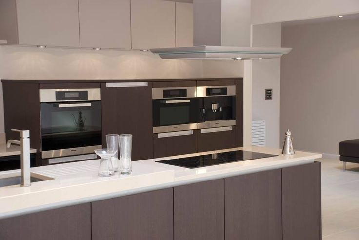 Chocolate and Cream custom built Poggenpohl kitchen. The sophisticated simplicity and its purity of lines allow a symmetric minimalist look... #poggenpohl #segmento #purityoflines #handlelesskitchen #chocolateandcream #sophisticatedsimplicity #minimalistlook
