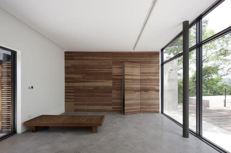 Drewniane ukryte drzwi. Zobacz więcej na:https://www.homify.pl/katalogi-inspiracji/39407/drzwi-wewnetrzne-nietypowe-rozwiazania