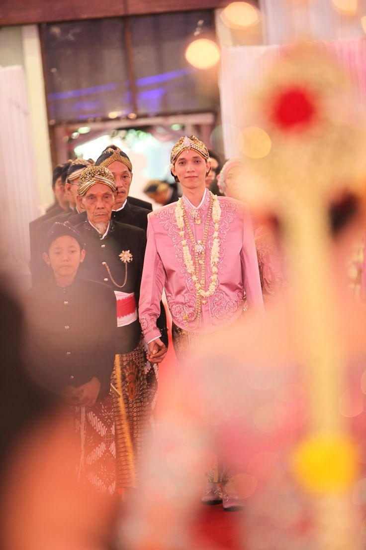 the groom meet the bride for the first time.. smile :D