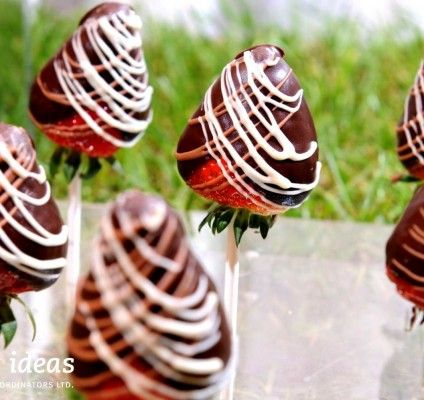 #Chocolate #strawberries #lolipops are such a great way to mix fruit of sweets. #Healthysnacks yeah!