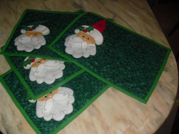 Xmas placemats. Santa's hat is the napkin. Individuales navideños. El gorrito es una servilleta.