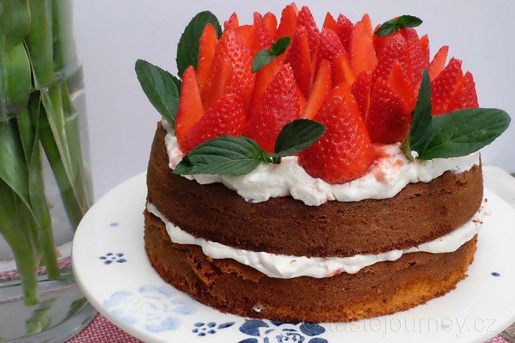 Jahodový dort ze špaldové mouky s mandlemi a mátovou bazalkou