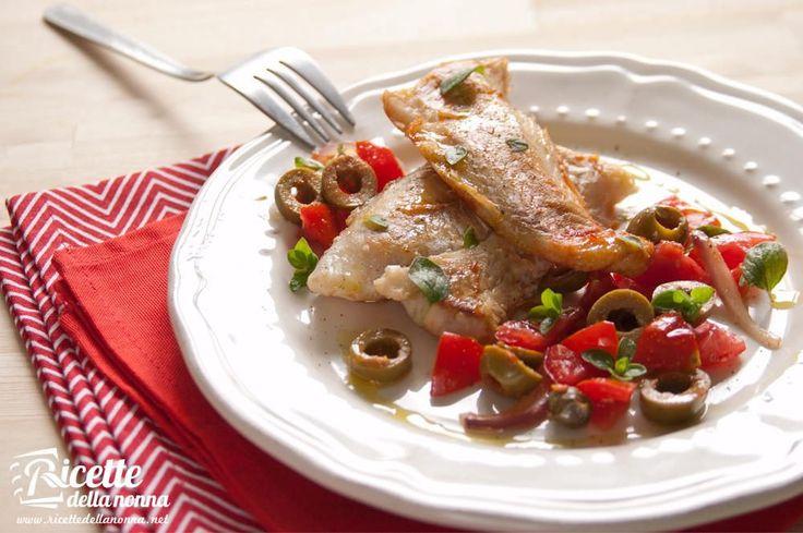 Una ricetta facile e veloce per preparare non solo il nasello, ma anche merluzzo e platessa, con i sapori tipici della Sicilia e di molte regioni del sud d'Italia: le olive, i pomodorini freschi e i capperi.