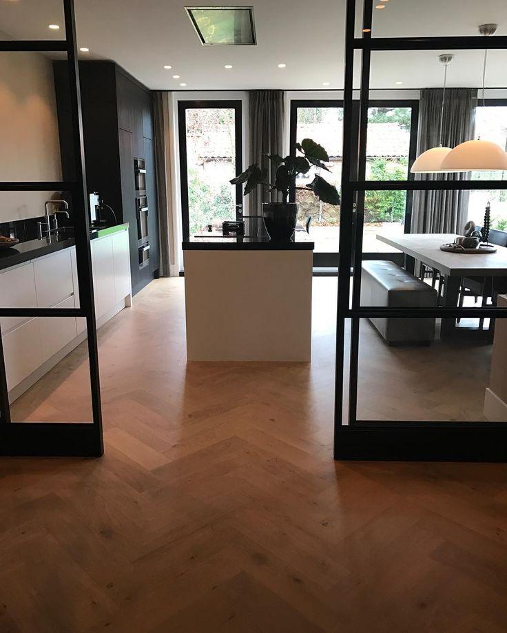 donkere keuken, zwarte kozijnen, houten vloer