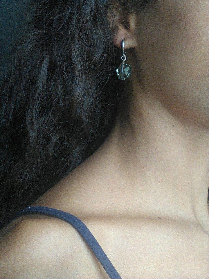Orecchini FATTI A MANO HANDMADE EARRINGS: Due Cristalli Swarovski AUTENTICI SCOLPITI A MANO Ispirazione Vintage ART DECO', forma di FIORE SFACCETTATO a forma DI STELLA grigio fumè, Argento 925 PEZZO UNICO Two AUTHENTIC FLOWERS STAR FACETED Smoke Grey Swarowski Crystals Vintage Inspiration ART DECO' 925 Silver 1PCZ.