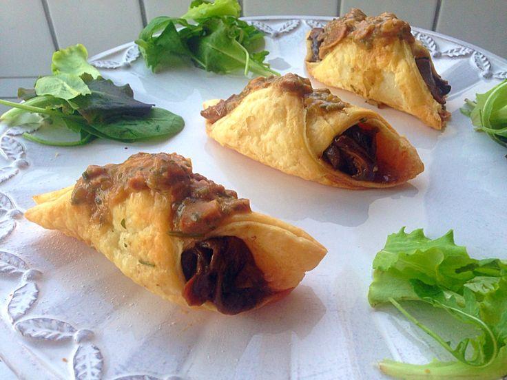 I CANNOLI SALATI AI FUNGHI sono dei friabili #cammoli realizzati con #pasta #sfoglia e farciti con #funghi . Un antipasto facile e veloce da realizzare che vi conquisterà! Ecco la #ricetta http://www.dolcisenzaburro.it/recipe-items/cannoli-salati-ai-funghi/ #dolcisenzaburro